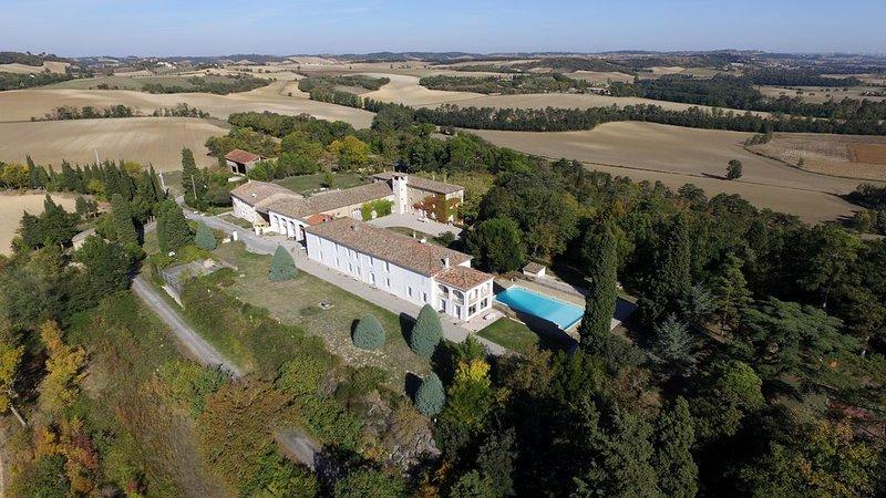Grands appartements, 4 chambres, 10 à 14 personnes, piscine, tennis, parc ..., holiday rental in Montgaillard-Lauragais