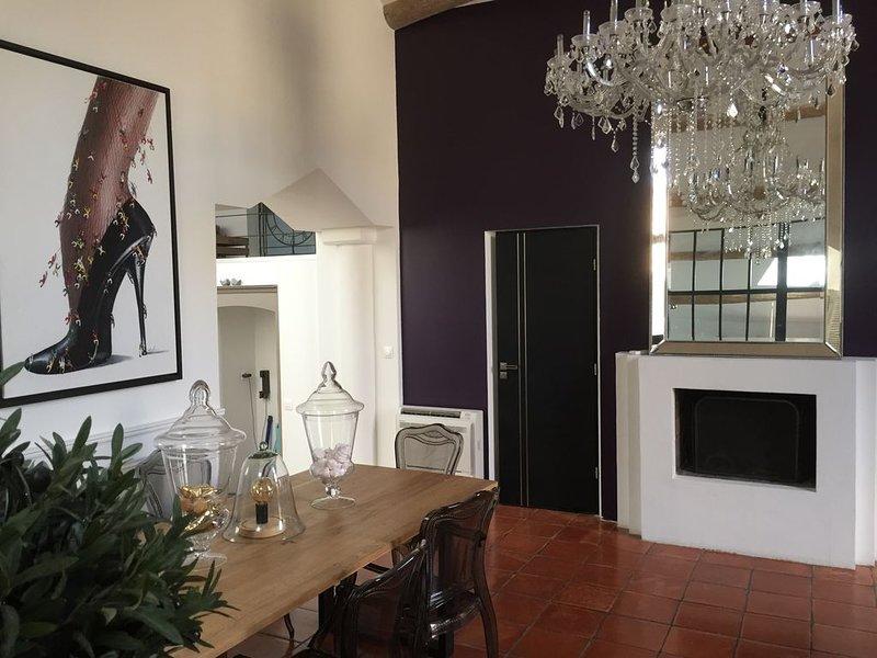 ' SUITE  118 ' Appartement Atypique avec terrasse et SPA, holiday rental in Lourmarin
