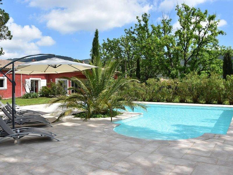 Magnifique villa provençale sur terrain plat arboré-Piscine traitée au sel, location de vacances à Bargemon