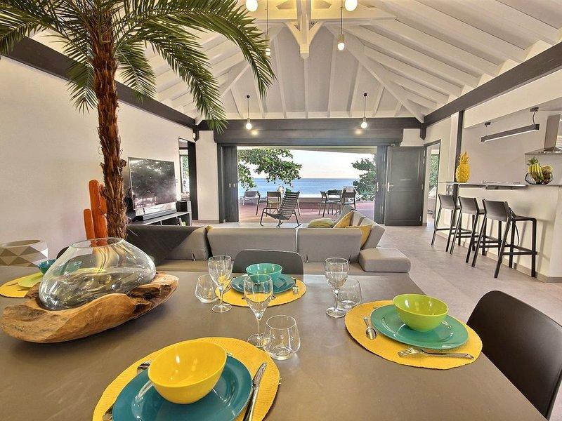 Villa 3 CH, pieds dans l'eau, piscine, coucher de soleil, accès plage direct, holiday rental in Le Precheur