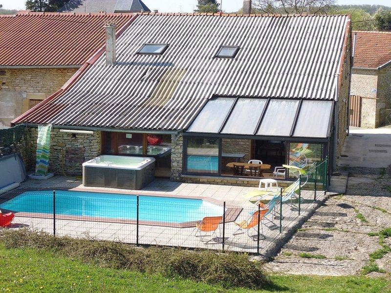 villa à la campagne 200m2 sur 2200m2 Piscine chauffée et SPA, holiday rental in Nouart
