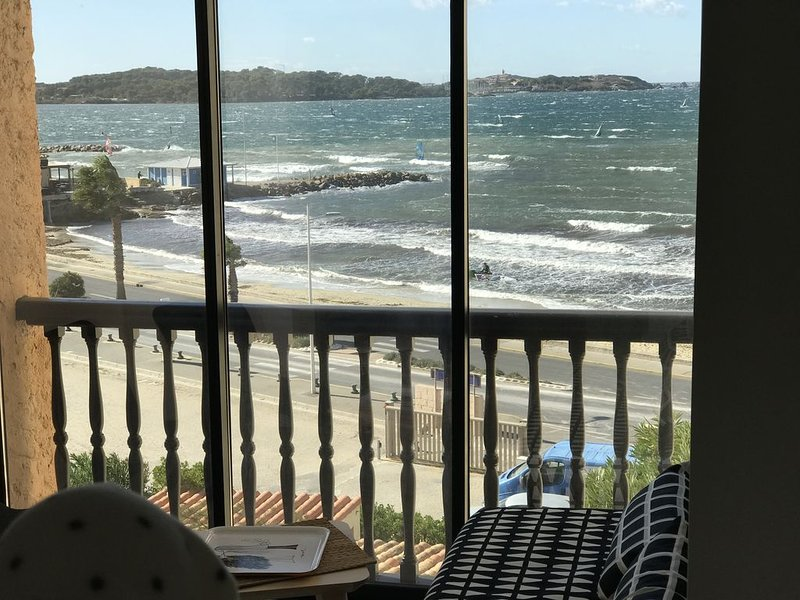 Merveilleux studio face à la mer , á l'île des Embiezs  accès direct A la plage., holiday rental in Ile des Embiez