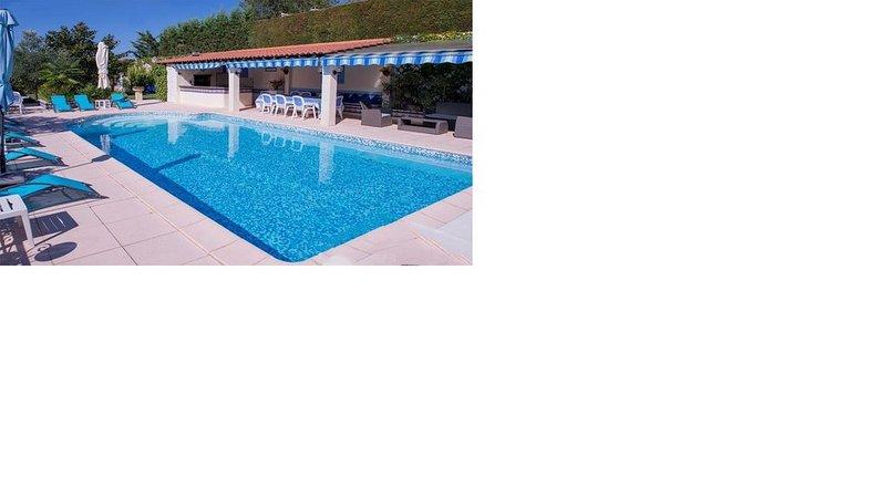 Villa au calme avec vue  sur forêt domaniale, à 6km de St Martin d'Ardèche., vacation rental in St Just d'Ardeche