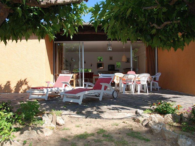 VILLA DE PLAIN-PIED ACCES PLAT DEPUIS LA PLAGE ET LE CENTRE VILLE DE CAVALAIRE, holiday rental in Cavalaire-Sur-Mer