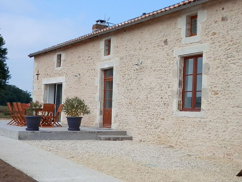Gîte indépendant,spacieux pour séjour au calme-Montmorillon-Futuroscope-Piscine, alquiler de vacaciones en Montmorillon