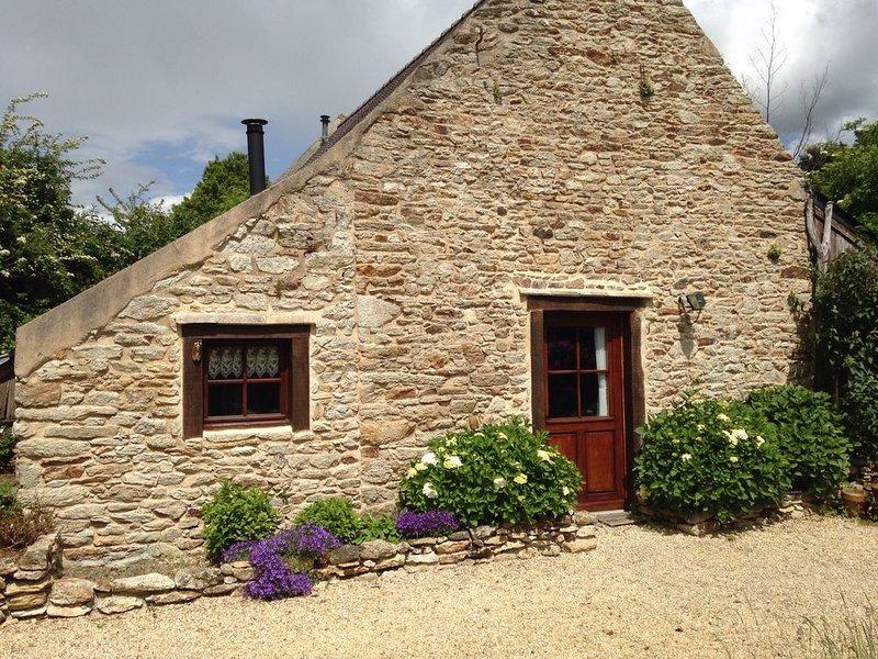 Petite maison de caractère, granite, terre cuite et bois, avec jardin, location de vacances à Baud
