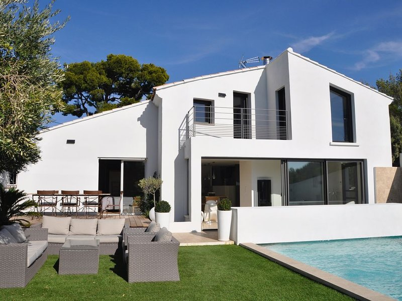 Sanary sur Mer Villa entièrement rénovée avec piscine, tout confort 170 m2, holiday rental in Sanary-sur-Mer