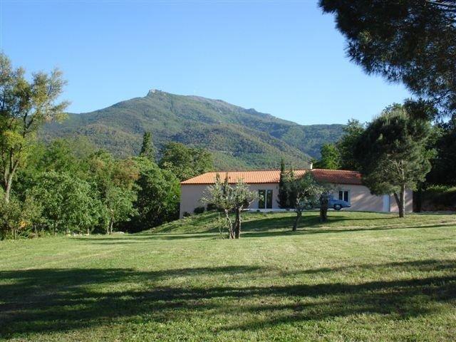 Villa lumineuse, climatisée, sur 9000m², piscine, tranquillité et repos assurés, location de vacances à Saint Genis des Fontaines