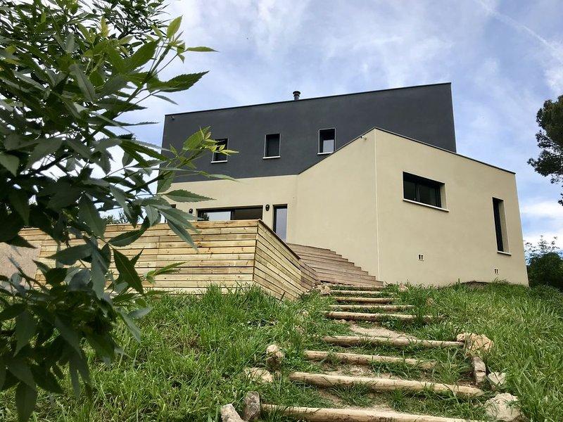 Gîte contemporain confortable & chaleureux en pleine nature.Superbe vue.PISCINE, holiday rental in Fontjoncouse