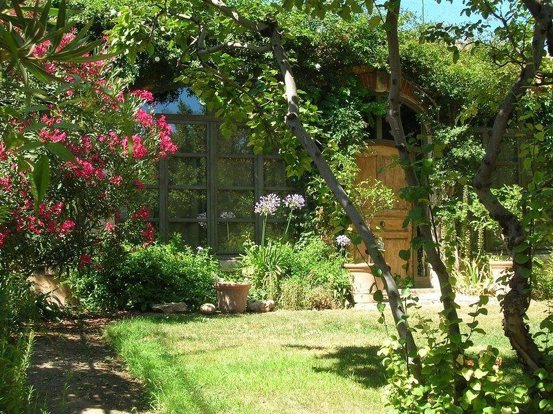 Ancienne orangerie restaurée dans jardin ,centre d'Aix en Provence / Parking, holiday rental in Aix-en-Provence