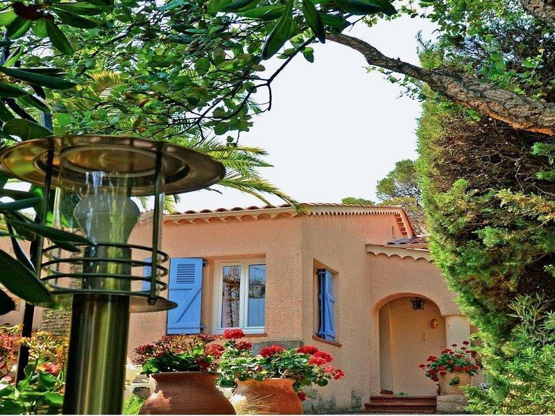 Villa classée 4 étoiles, mer, ville et gares à 7 minutes à pied, garage, clim..., vacation rental in Saint-Raphael