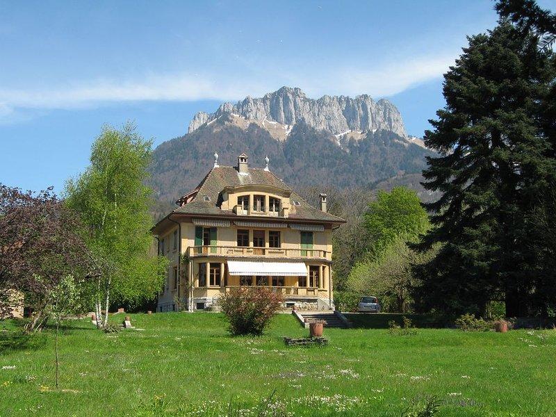 Belle et spacieuse villa située à 150 m du Lac d Annecy, holiday rental in Echarvines