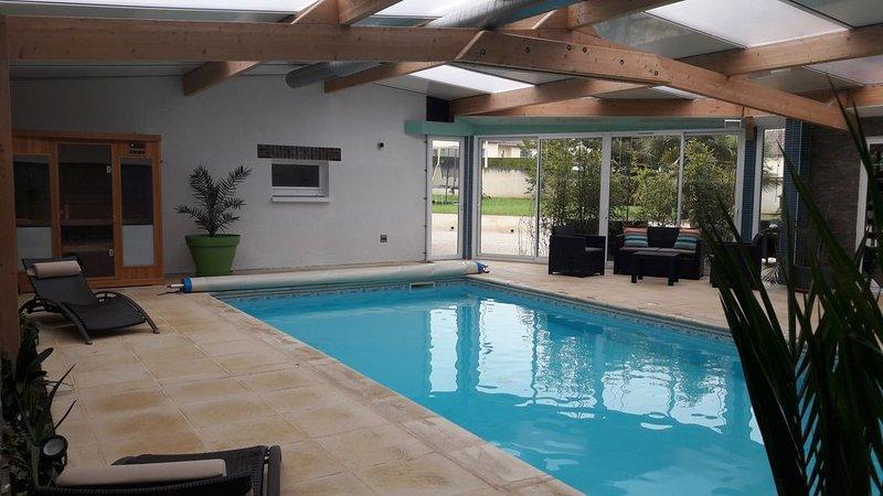 BOURGOGNE FERMETTE RENOVE AVEC PISCINE INTERIEURE PRIVE CHAUFFE 30° ET SAUNA, vacation rental in Saint-Julien-du-Sault