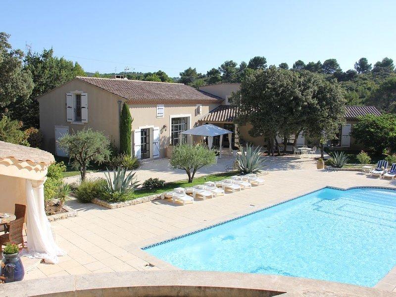 Magnifique villa provençale de 300 m2 climatisée avec grande piscine plein sud, holiday rental in Pelissanne
