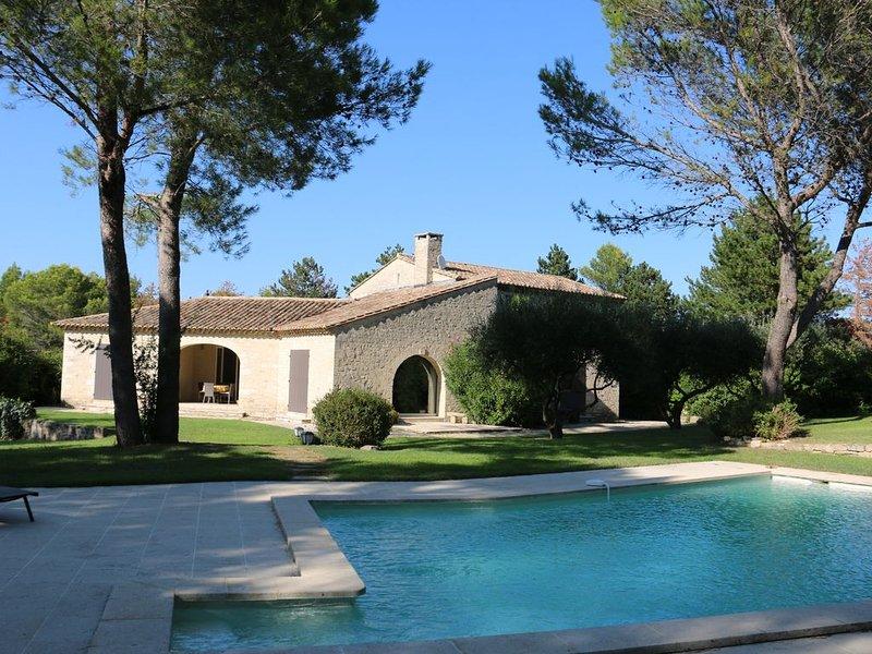 Mas de caractère avec piscine, environnement calme à St Siffret 8 min Uzès, vacation rental in Saint-Victor-des-Oules