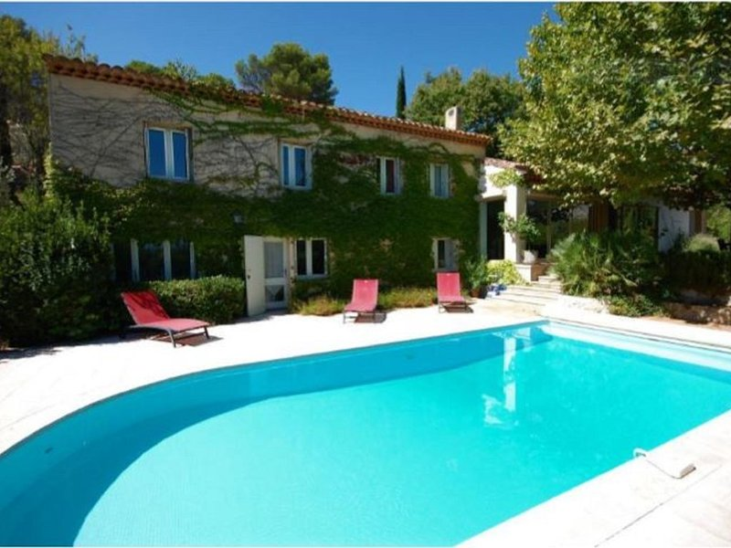 Superbe villa aux portes d'Aix, vue Sainte Victoire, holiday rental in Le Tholonet
