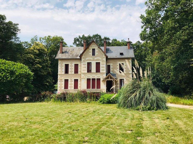 gite rural, vaste jardin avec terrasse dans propriété boisée, holiday rental in Vallieres-les-Grandes