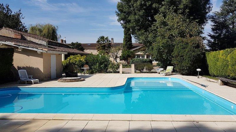 Maison à louer dans le Medoc avec une grande piscine, en famille ou entre amis, holiday rental in Prignac-En-Medoc