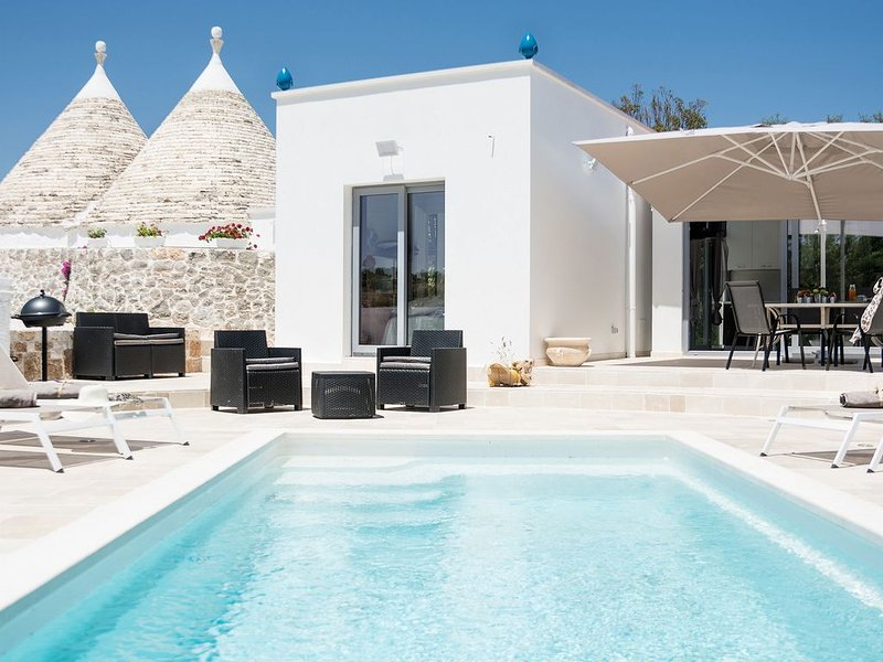 TRULLI PANORAMIX : Au sommet d'une coline privative  avec piscine privée, vacation rental in Coreggia