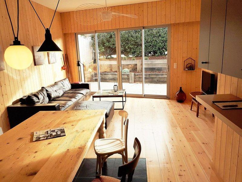 Maison en bois dans le centre de Lacanau Océan à 10 minutes à pied de la plage, holiday rental in Lacanau