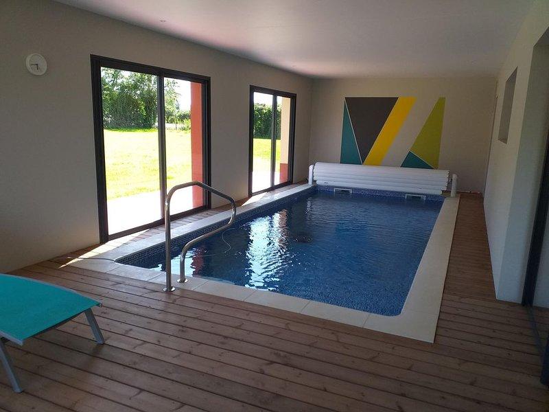 Maison piscine intérieure privée sans vis à vis chauffée à 30°C en Normandie, casa vacanza a Londinieres