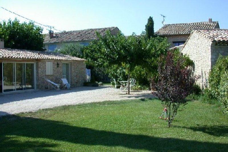 Mazet provençal avec piscine, prestation de qualité, holiday rental in Joucas