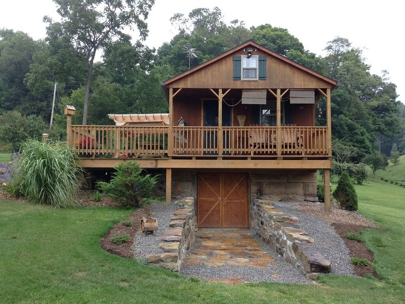 Charming, Quiet, Cabin, near biking trails, Ohiopyle, Fallingwater, Nemacolin, vacation rental in Confluence