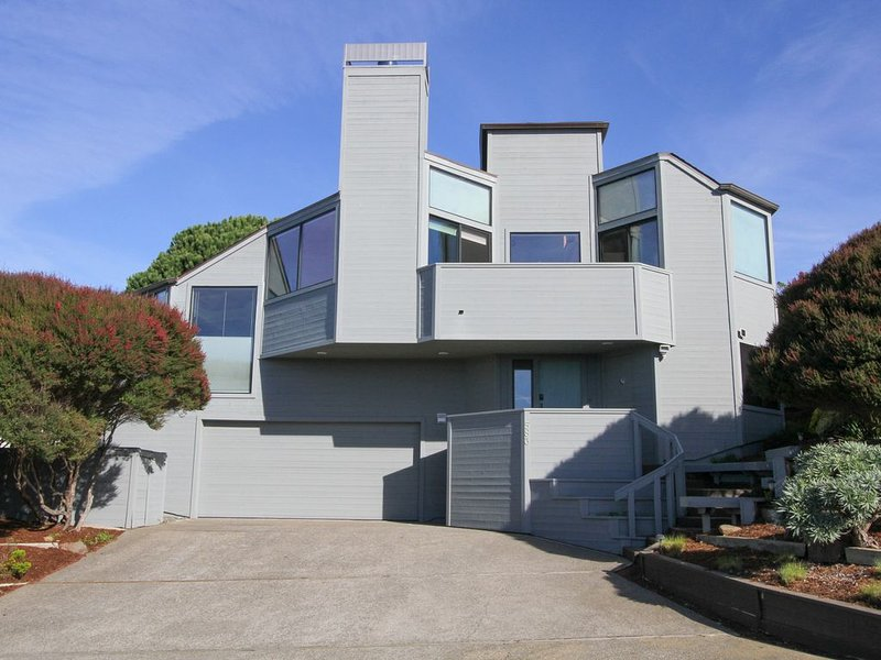 Stunning Views, 3D Theater/Spa/Ping Pong. Short walk to beach and club house, vacation rental in Bodega Bay