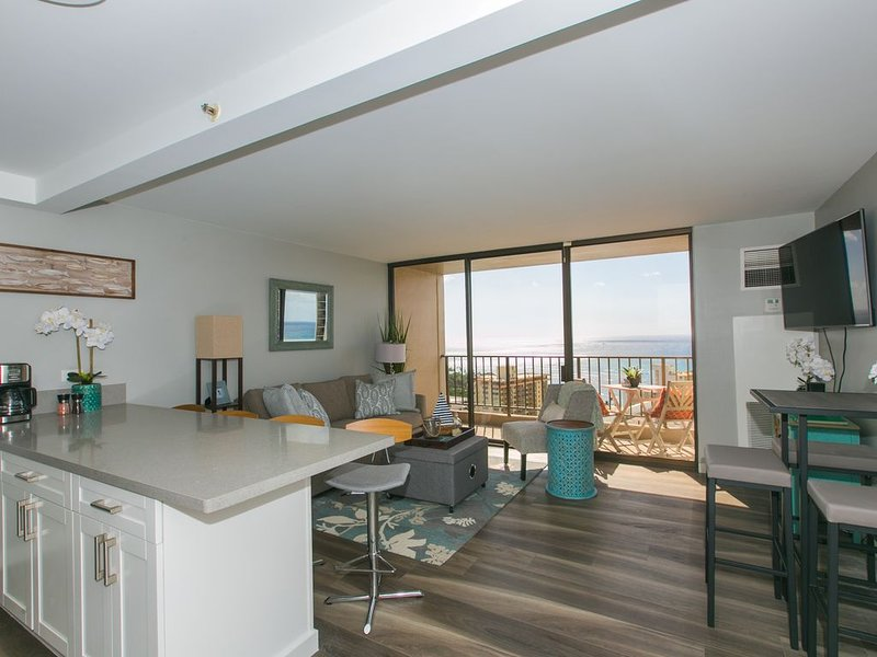Renovated Waikiki condo w/Ocean View, free parking! One block to the beach, vacation rental in Honolulu