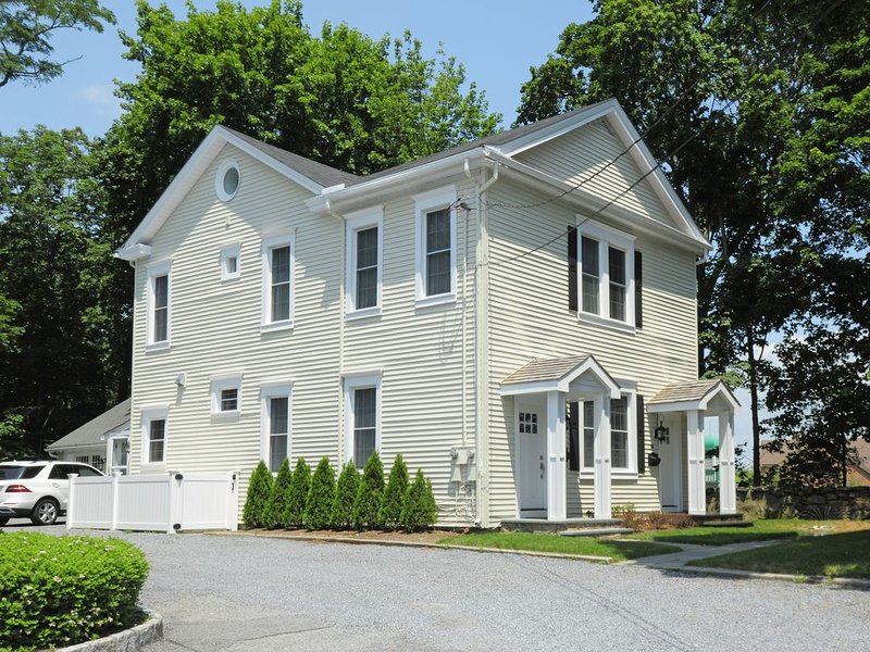 Centrally Located Townhouse - Hotel Alternative -close to town - Pet friendly, holiday rental in Chappaqua