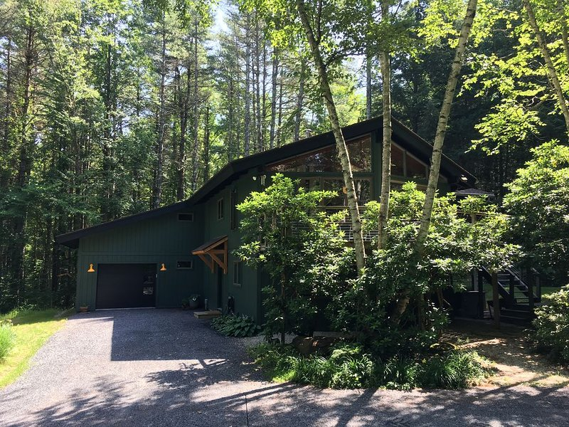 Room to Roam. Modern home with all amenities + sep. cabin on 10+  wooded acres., location de vacances à Berkshires