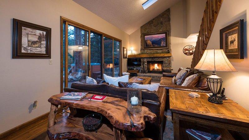 Luxury by the River! Super Clean Home on the River with Saltwater Hot Tub!, aluguéis de temporada em Estes Park