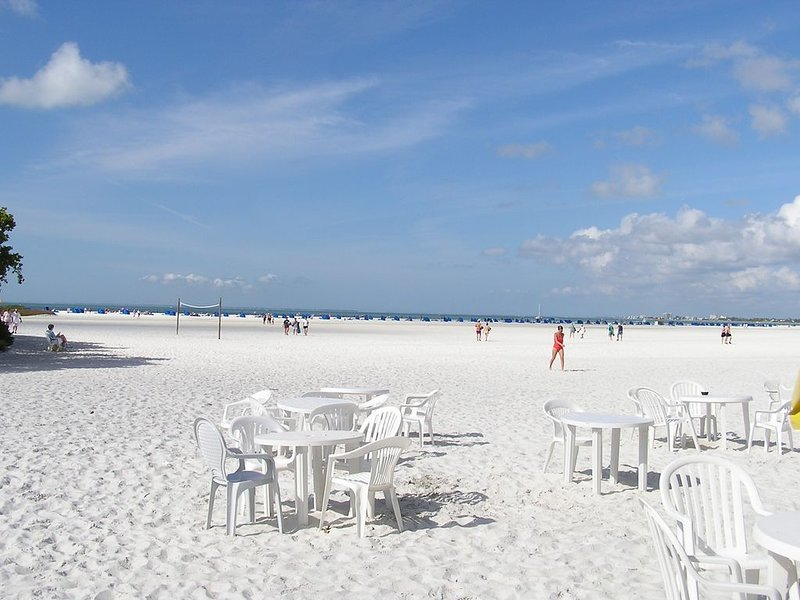 Walk out the door and your on the beach!, vacation rental in Fort Myers Beach