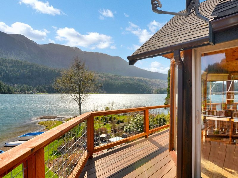 The best lakefront home with full amenities available - You'll love it!, vacation rental in Joyce