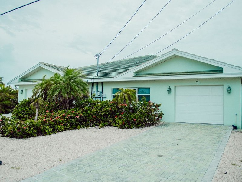 OZ's RELAX SHAK NO WORRIES NO HURRIES 3 Beds/2 Baths canal front Key Colony, holiday rental in Key Colony Beach
