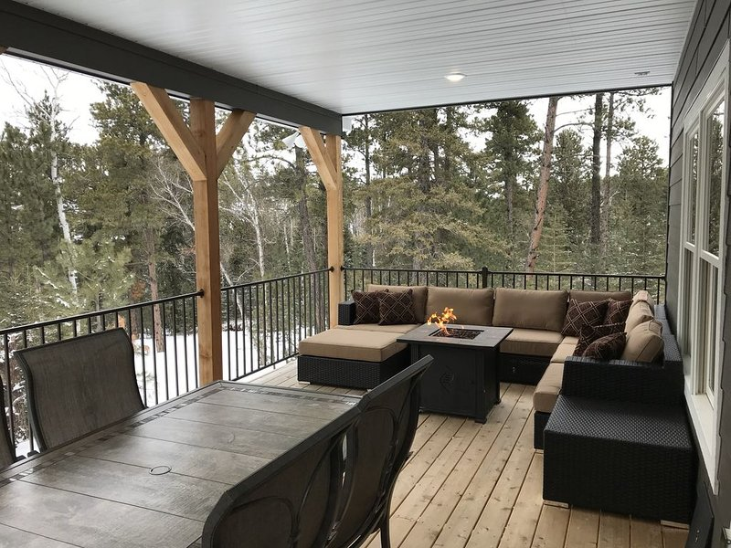 Gnarly Pine Cabin on 11 acres, 4 miles to Deadwood, HotTub, Wi-Fi, A/C, Firepit!, vacation rental in Deadwood
