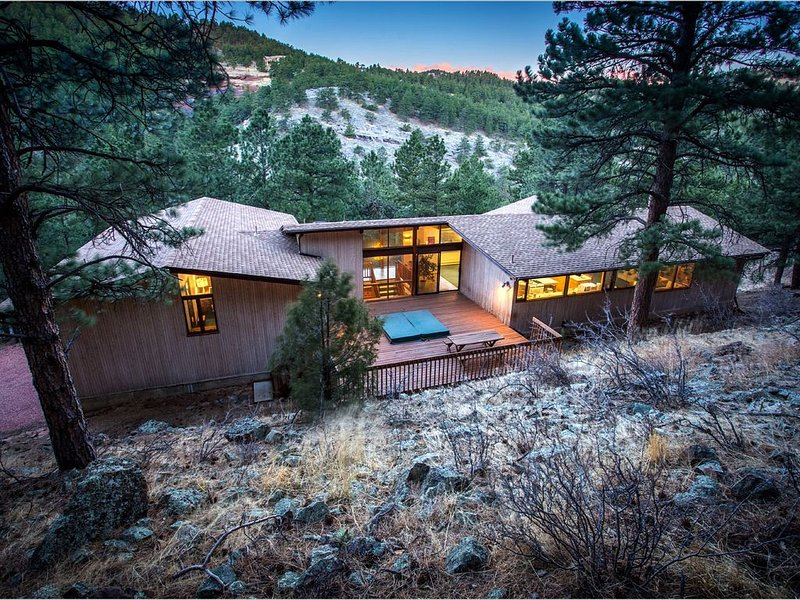 Exceptional PRIVATE Mountain home with HOT TUB and WiFi- 5BDR Minutes to Town, holiday rental in Boulder