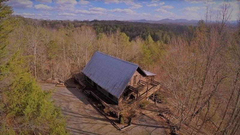 Beautiful all season's view of the Blue Ridge Mountains  Quiet 3 Bdrm Cabin, alquiler de vacaciones en Morganton