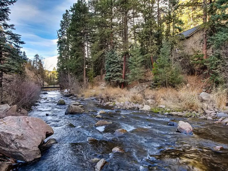 Creek Stone Cottage, beautiful updated log cabin on Bear Creek.  Great location!, vacation rental in Evergreen