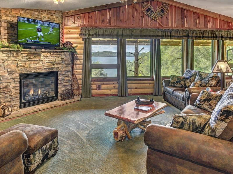 BRAND NEW Waterfront Homestead House with Hot Tub ON Beaver Lake, holiday rental in Eureka Springs