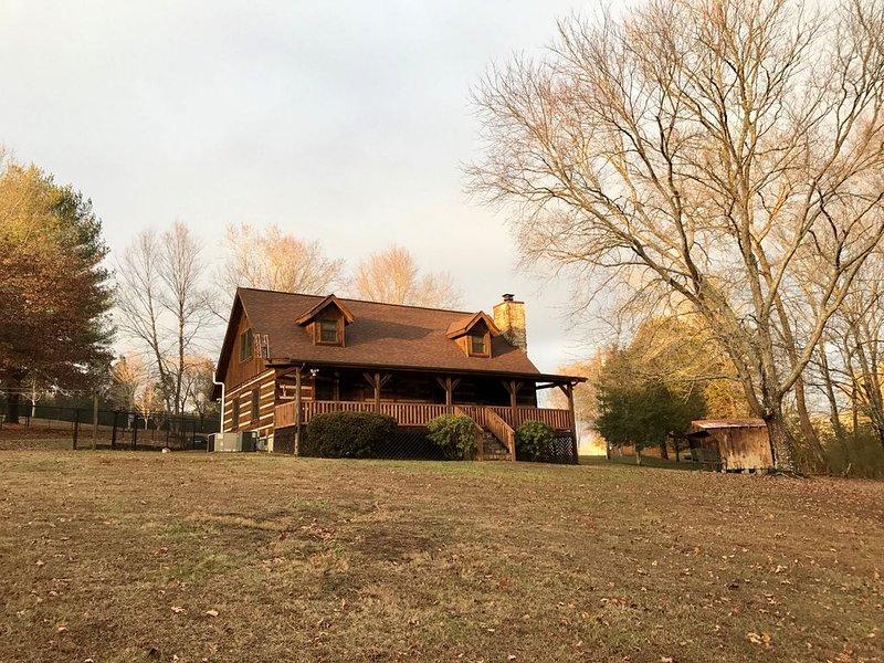 Sleeps 8 ~ Cabin By The Creek ~ 7 Acres ~ Secluded & Convenient ~ Superb Reviews, location de vacances à Norris