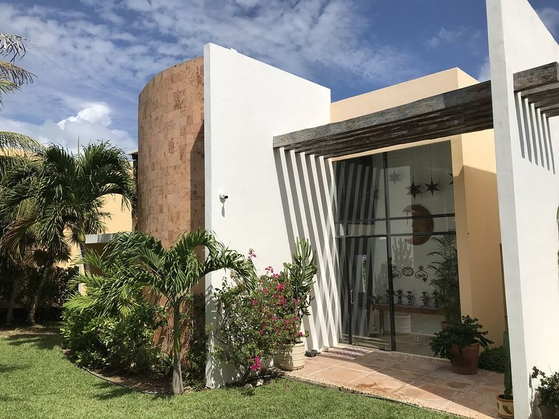 Beautiful Oceanfront Mexican Villa with Infinity Pool, and Spectacular View, holiday rental in Playa Mujeres