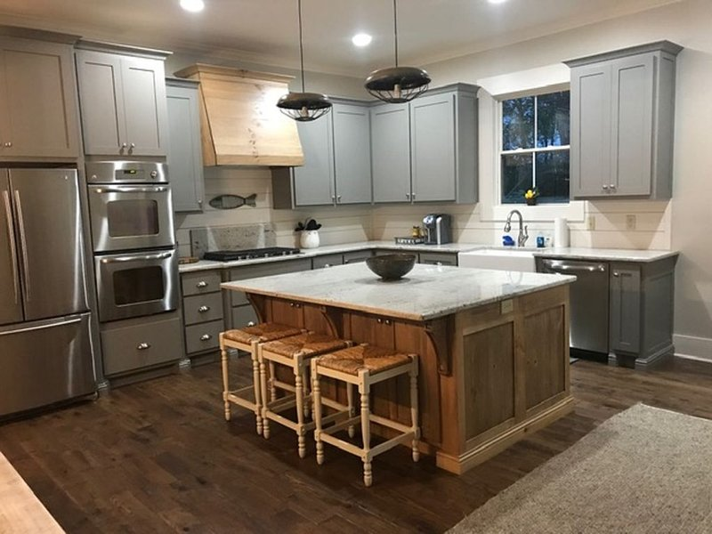 NEW CONSTRUCTION! Lakefront house, Sleeps 16, LOTS OF PARKING SPACE, holiday rental in Guntersville
