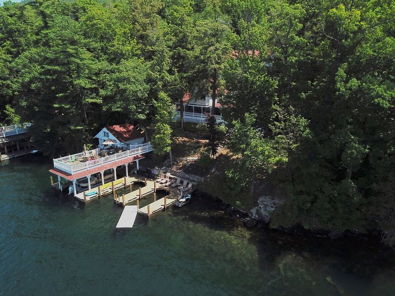 Lake George, lakefront, Sleeps 20,  3-homes, 8 bedrooms, large lakefront deck, location de vacances à Comstock