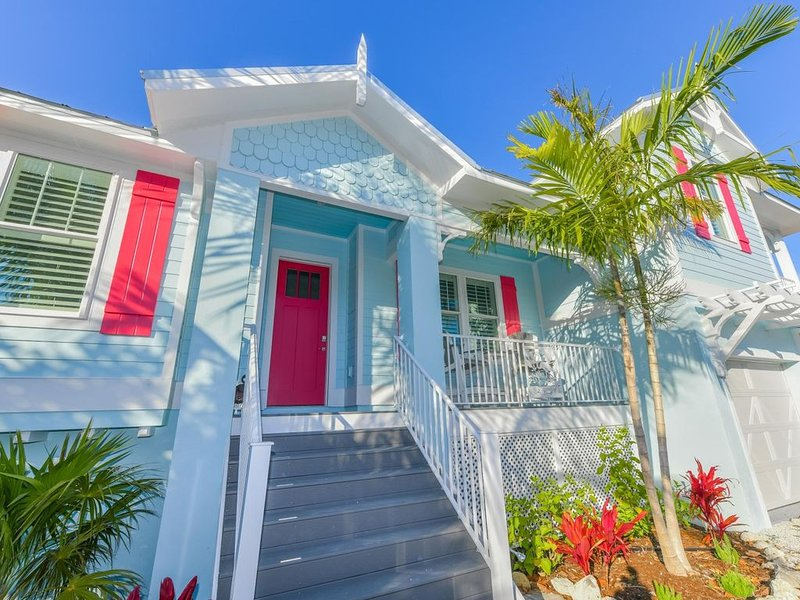Skip to Beach & Shops in New Stunning Home, Pool/Spa, Beach Gear, Pets OK, alquiler de vacaciones en Holmes Beach