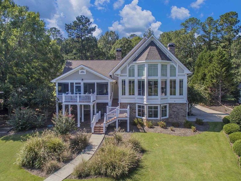 Luxury distancing!  Lake Lover's waterfront Paradise in Reynolds Lake Oconee!, casa vacanza a Greensboro