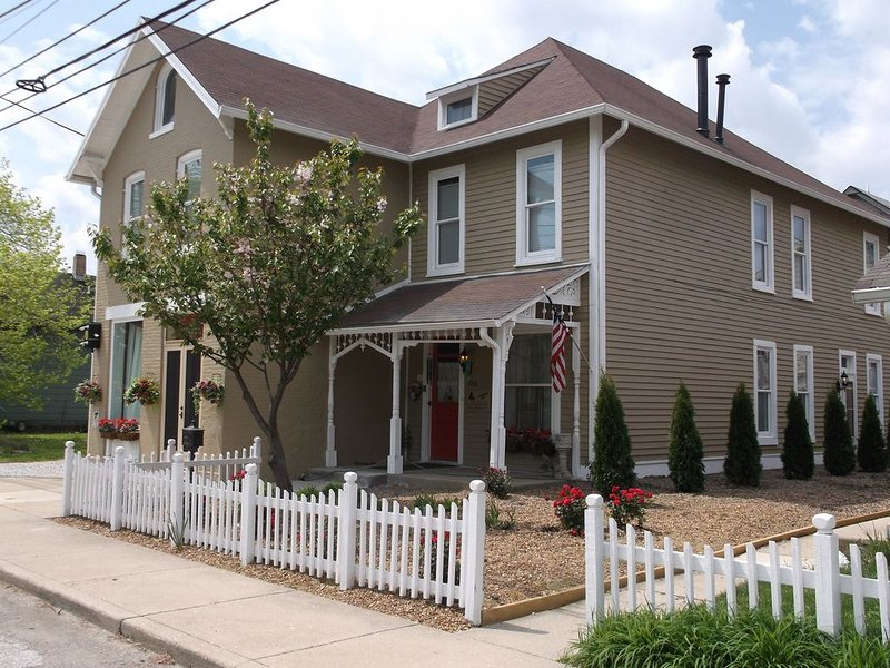 DOWNTOWN INDY HOME IN HISTORIC LOCKERBIE SQUARE  - 7 BLOCKS FROM CITY CENTER!, alquiler de vacaciones en Indianápolis