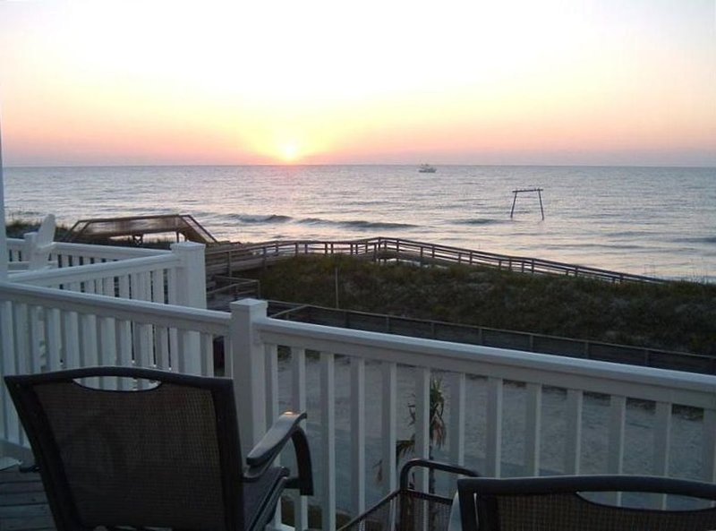 126 REVIEWS-AVG 4.9! 150 FEET TO OCEAN! OFFSEASON RENTALS CONSIDERED-NEGOTIATED!, holiday rental in Surf City