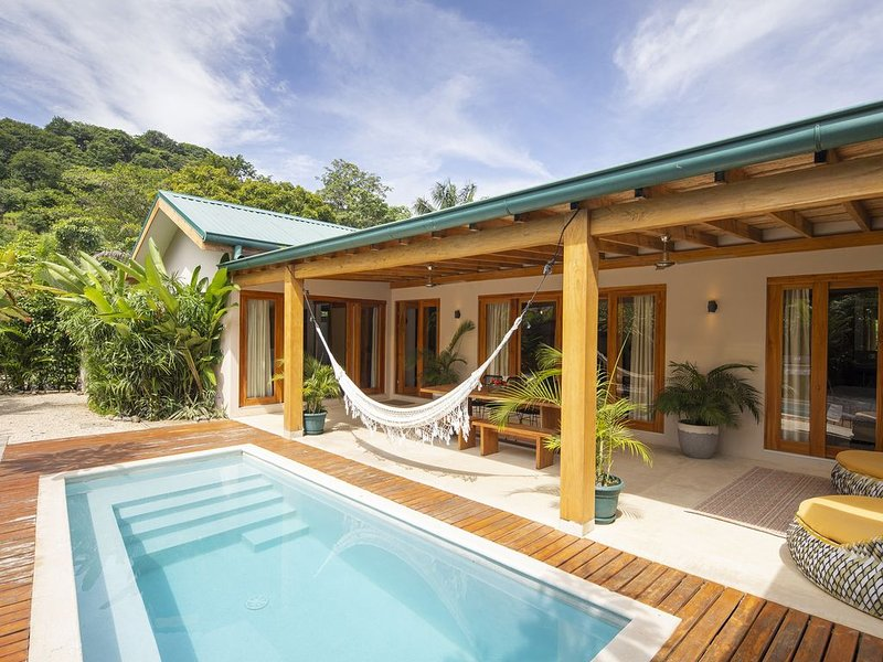 Tropical Boutique Villa Sunset walk to the beach, holiday rental in Santa Teresa