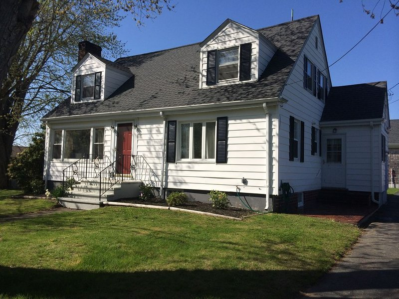 Newport Beaches-Indian Avenue-Beautifully Renovated Cape Cod Near Ocean Front, holiday rental in Middletown